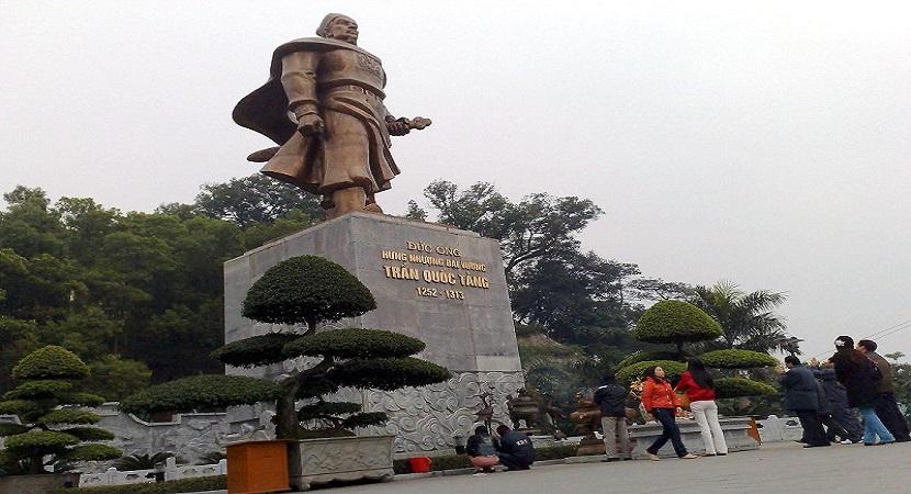 Tượng Trần Quốc Tảng ở đền Cửa Ông