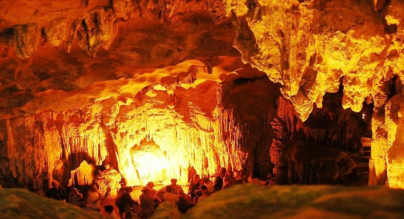 Không gian đồ sộ trong hang động của Hạ Long