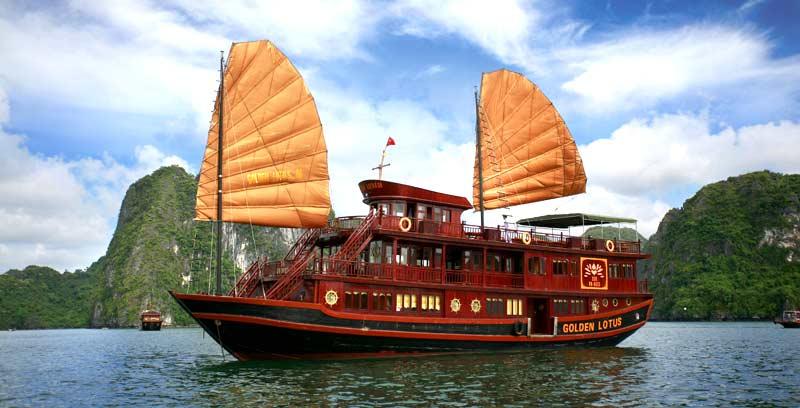Du thuyền trên Hạ Long