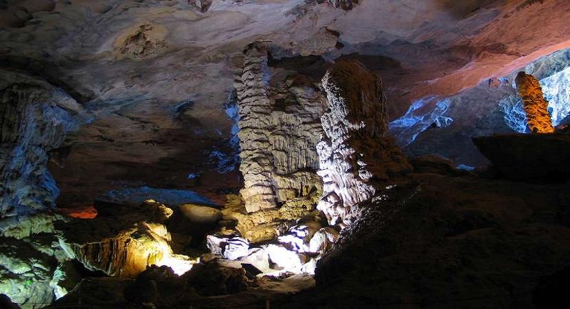 Chính giữa hang Đầu Gỗ có cột trụ to lớn, đồ sộ