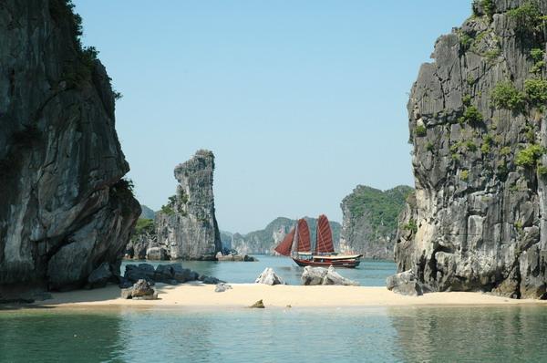 Khám phá vẻ đẹp thiên nhiên của bãi tắm Ba Trái Đào vịnh Hạ Long