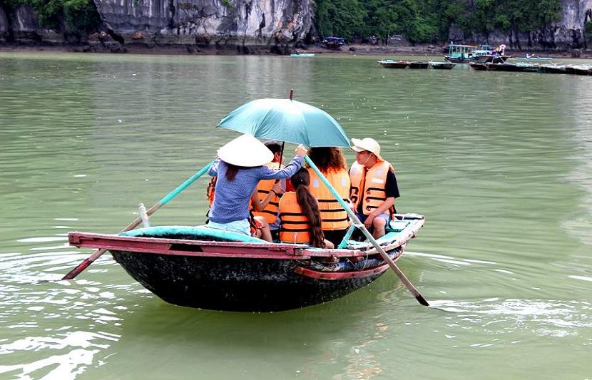 Du khách trên thuyền ra làng chài trên vịnh Hạ Long