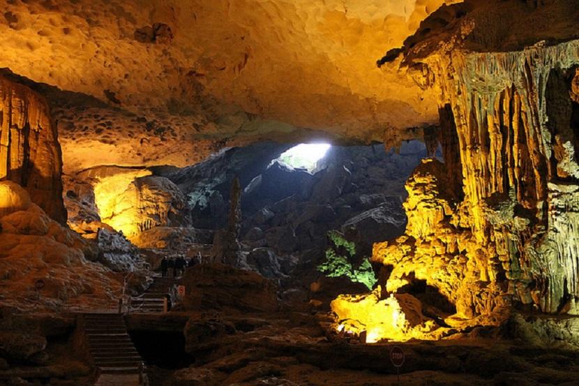 Lộng lẫy hang động trên vịnh Hạ Long