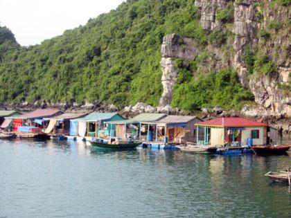 Làng Chài trên Vịnh Hạ Long.
