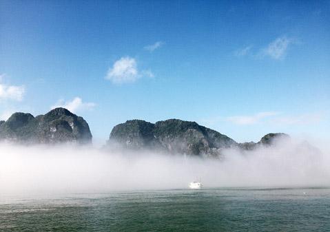 Sương sớm trên vịnh Hạ Long