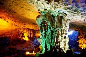 Những khối nhũ đá tuyệt đẹp trong hang Sửng Sốt
