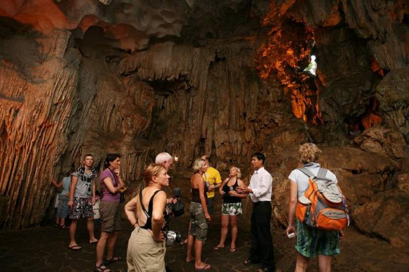 Hang Sửng Sốt thu hút du khách tham quan, chiêm ngưỡng