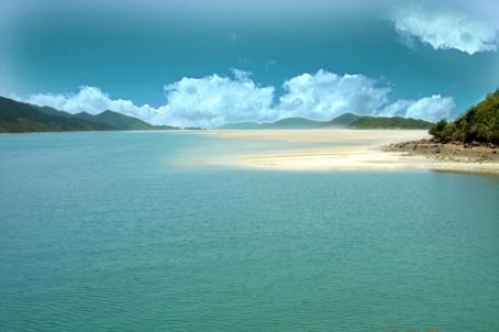 Hình ảnh nước biển xanh ngắt ở khu du lịch đảo Quan Lạn