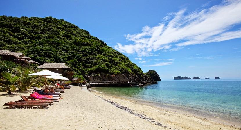 Bãi tắm ở đảo Cát Bà