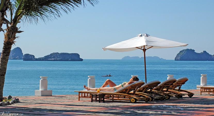 Vẻ đẹp đảo Cát Bà trong nắng hè rực rỡ