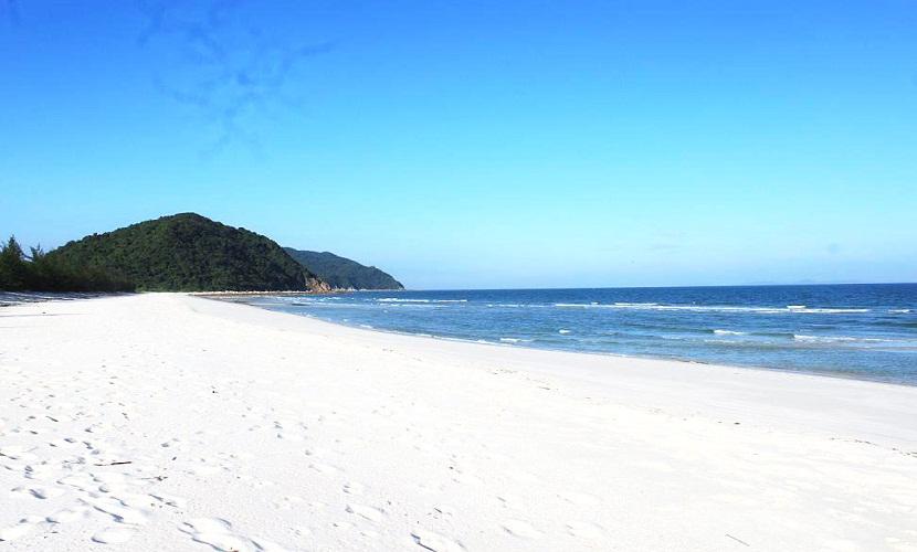 Bãi Minh Châu với cát trắng mịn, nước biển trong xanh