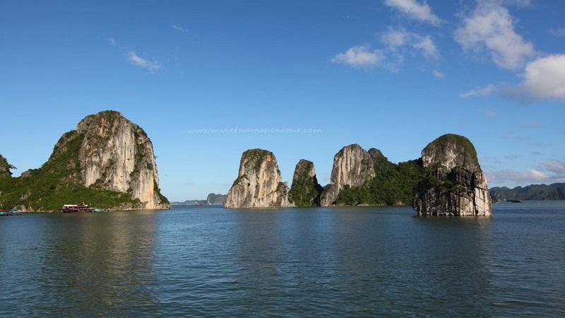 Nước trong xanh vắt ở hồ Ba Hầm vịnh Hạ Long