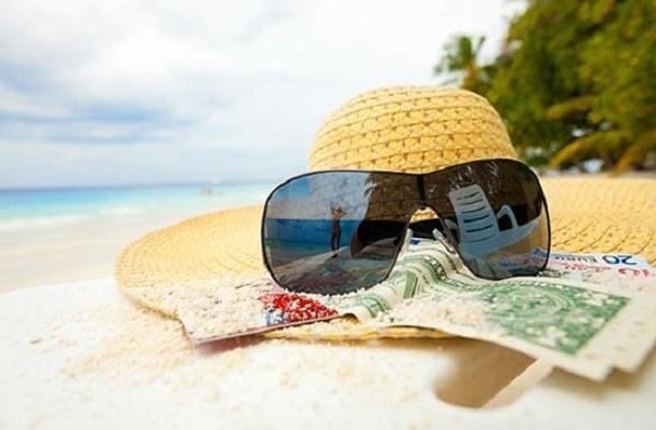 Mũ vành và kính râm là hành lý cần thiết cho chuyến du lịch Hạ Long tuyệt vời