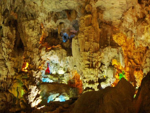 Hang Đầu Gỗ - Địa điểm du lịch nổi tiếng Hạ Long