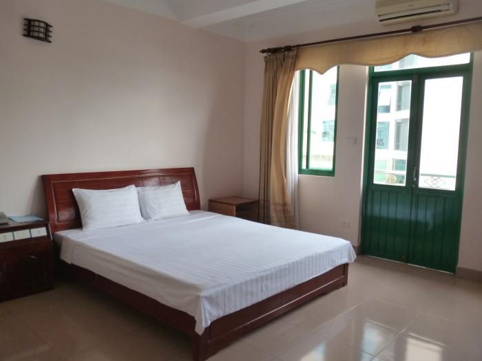Phòng khách sạn sạch sẽ, có cửa sổ hướng đường