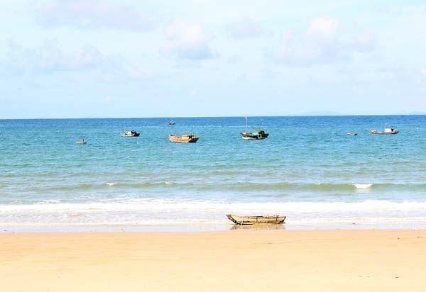 Bãi biển Hồng Vàn trong xanh và mát mẻ