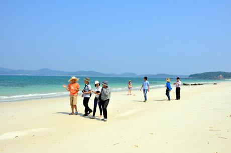 Nét đẹp ở bãi tắm Hồng Vàn thu hút khách du lịch tham quan