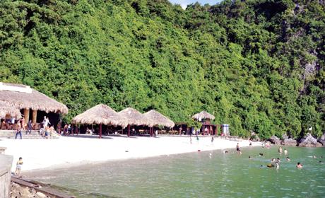 Bãi tắm Soi Sim thu hút khách du lịch tắm biển