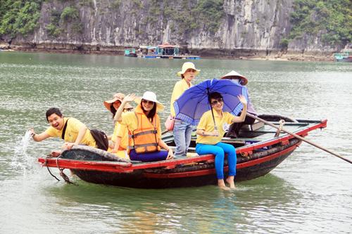 Du khách ghé thăm làng chài Ba Hang