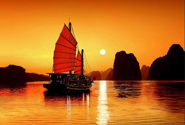 Ánh hoàng hôn trên vịnh Hạ Long