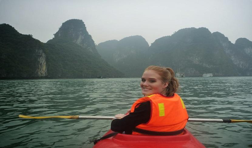 Chèo thuyền kayak- trải nghiệm tuyệt vời trong chuyến du lịch Hạ Long vào mùa đông