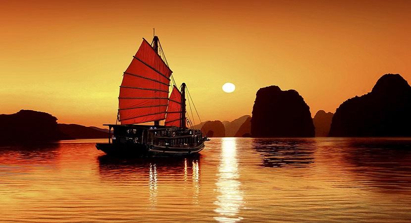 Ngắm hoàng hôn trên vịnh Hạ Long