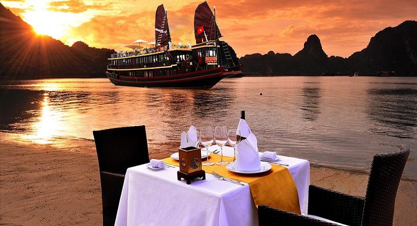 Tận hưởng chuyến du thuyền để ngắm hoàng hôn tuyệt đẹp trên vịnh Hạ Long