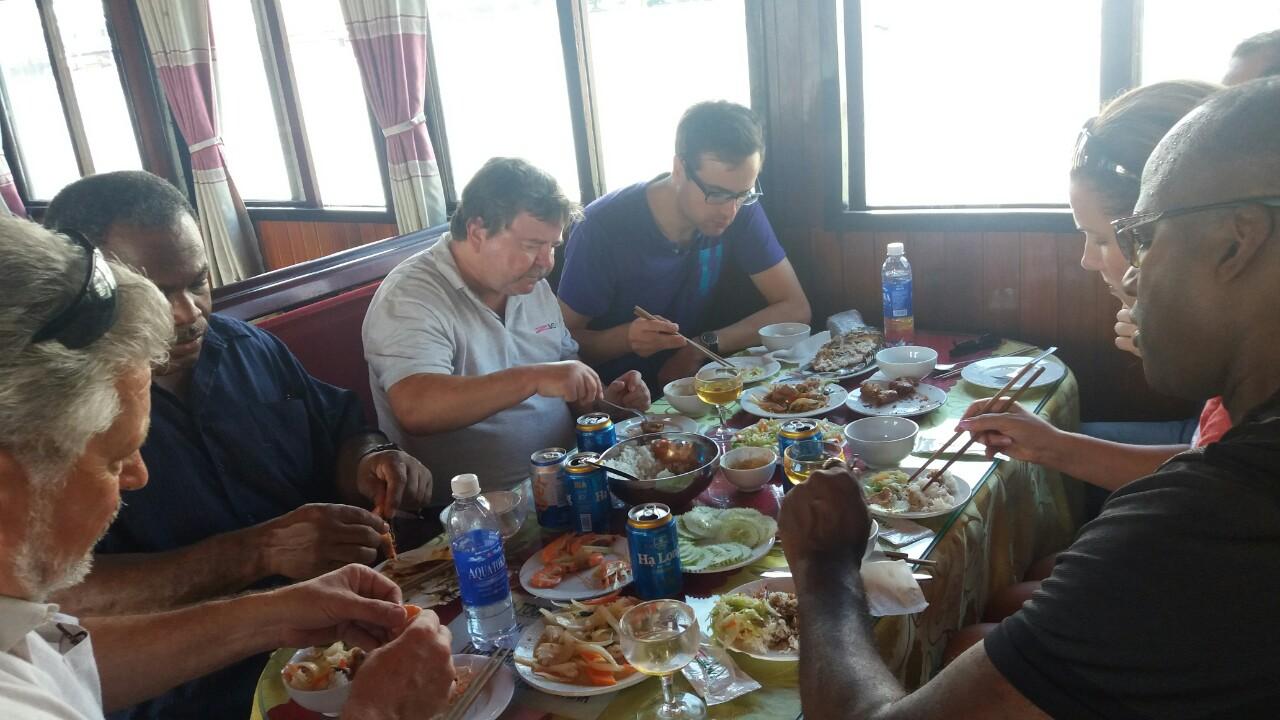 Du khách thưởng thức bữa trưa trên tàu