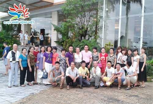 Đoàn khách đi tour du lịch Hạ Long - Tuần Châu