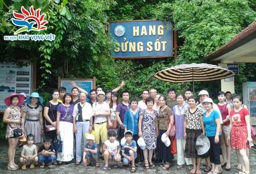 Khách đi tham quan hang Sửng Sốt - Hạ Long
