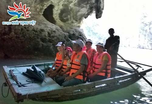 Khách đi tour Hạ Long của công ty Du lịch Khát Vọng Việt