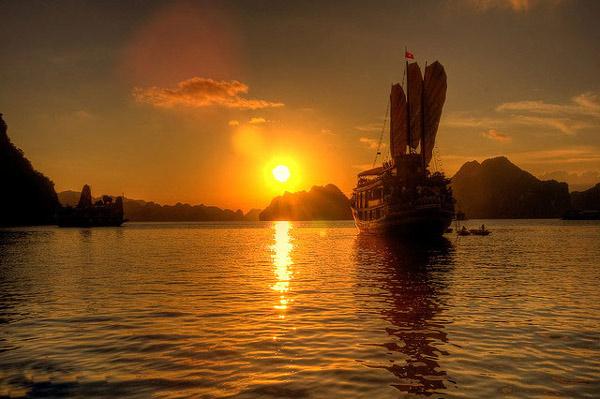 Hoàng hôn trên vịnh Hạ Long