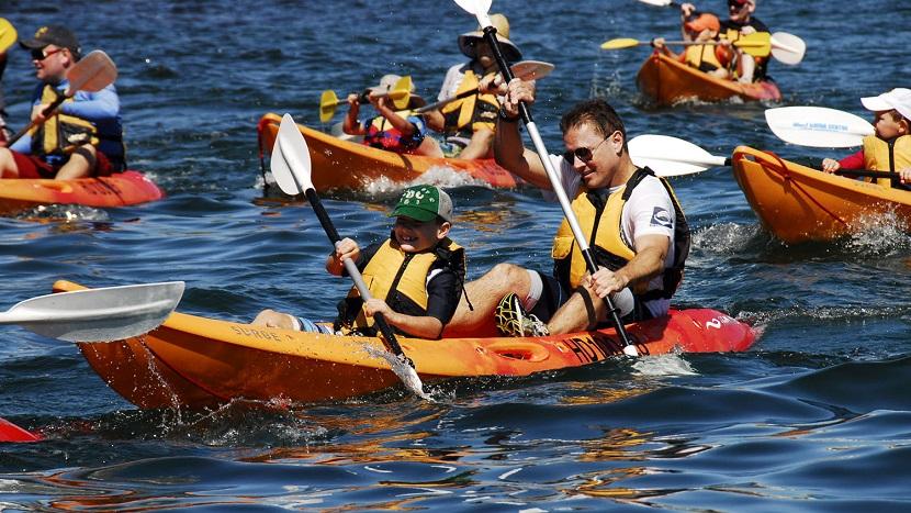 Du khách thích thú với chèo thuyền kayak trên vịnh Hạ Long