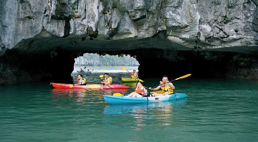 Chèo thuyền kayak khám phá hang động, làng chài trên vịnh Hạ Long