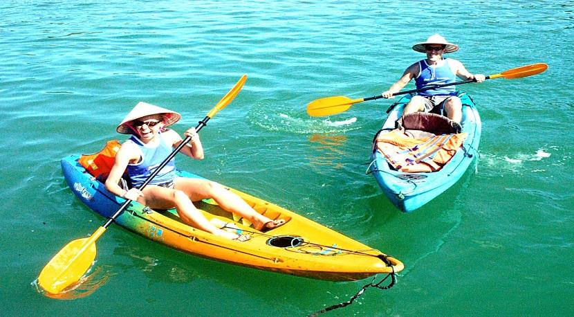 Thư giãn tuyệt vời khi chèo thuyền kayak ở vịnh Hạ long