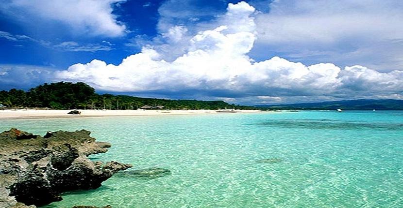 Bãi tắm Ngọc Vừng với làn nước trong xanh vắt, mát lành