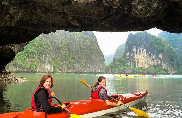 Khám phá vịnh Hạ Long với trải nghiệm chèo thuyền kayak