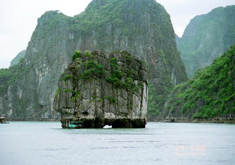Du lịch Hạ Long chiêm ngưỡng vẻ đẹp hòn Đỉnh Lư Hương