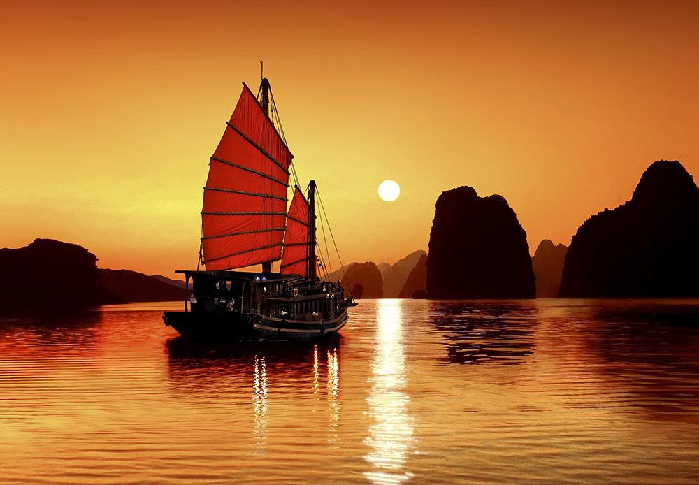 Hoàng hôn quyến rũ của vịnh Hạ Long
