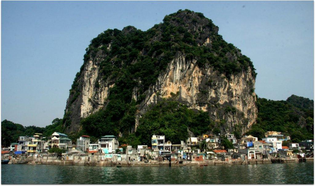 Núi Bài Thơ- gắn liền với dấu tích lịch sử xưa trên vịnh Hạ Long