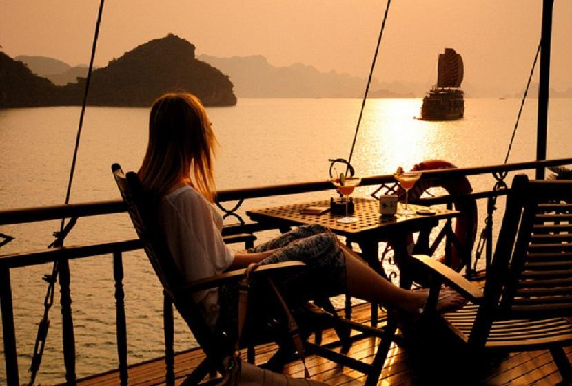 Thư giãn nghỉ ngơi trên vịnh Hạ Long