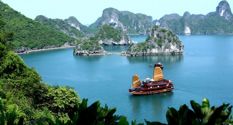 Vẻ đẹp thơ mộng, hùng vĩ của vịnh Hạ Long