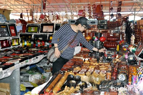 Du khách chọn đồ lưu niệm tại chợ Hạ Long