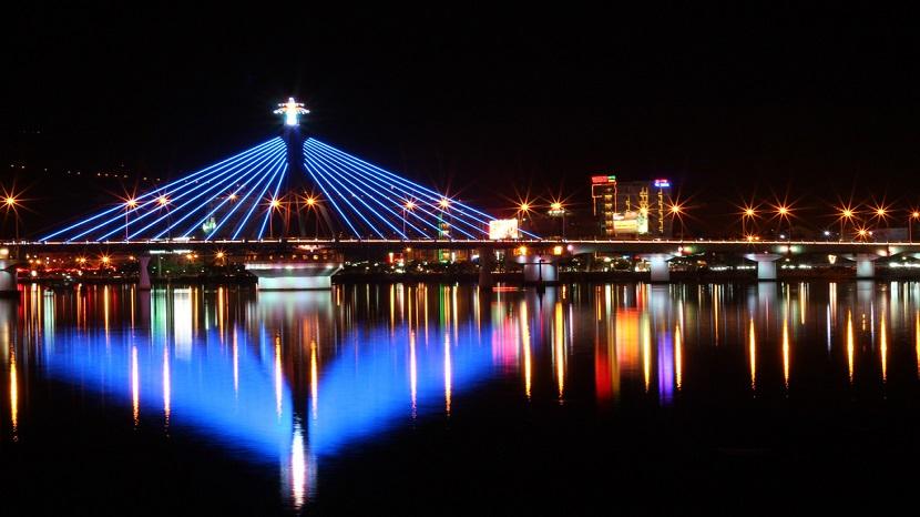 Nổi bật với ánh đèn nhấp nháy trên cây cầu Bãi Cháy lịch sử