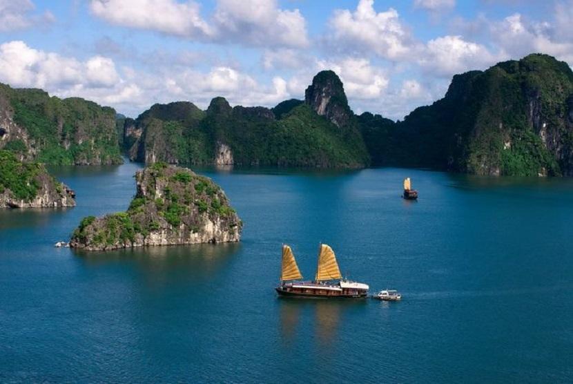 Vẻ đẹp của vịnh Hạ Long thu hút du khách