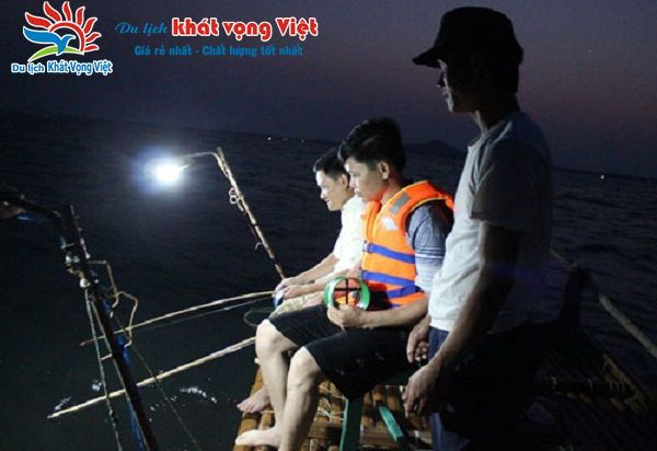 Câu mực đêm tại bãi biển Trà Cổ