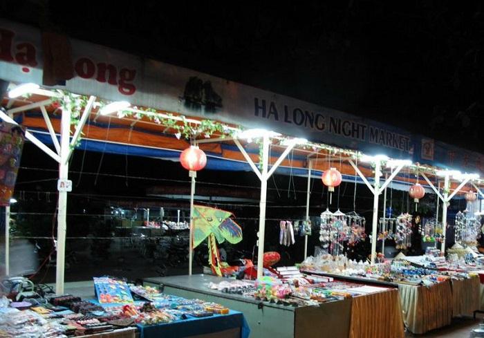 Các mặt hàng bày bán tại Chợ đêm Hạ Long
