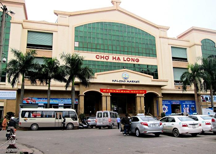 Bên ngoài cổng chợ Hạ Long