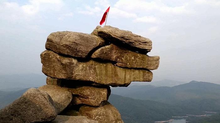 Núi Đá Chồng luôn được các bạn trẻ khát khao chinh phục